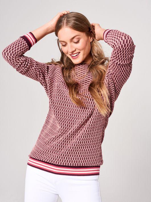Пуловер в спортивном стиле с цельнокроенными рукавами