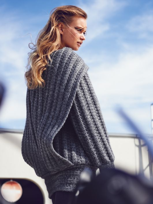 Пуловер з коміром-шарфом