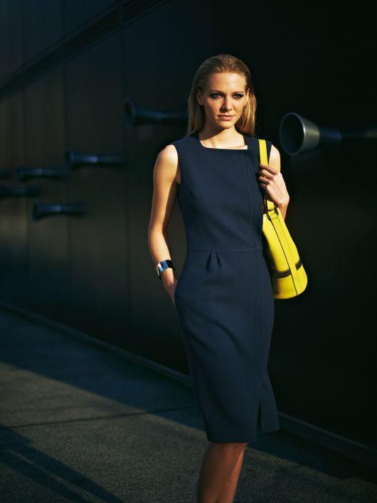Сукня-футляр із асиметричною застібкою