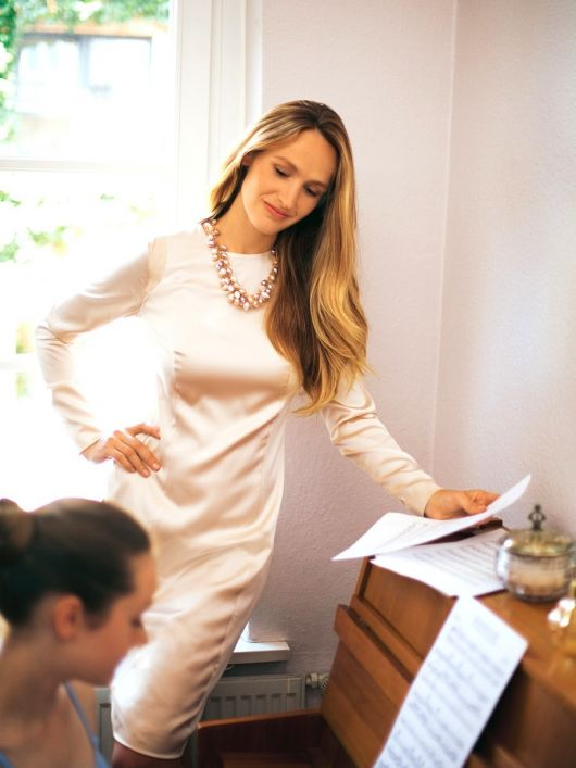 Сукня-футляр атласна з довгими рукавами