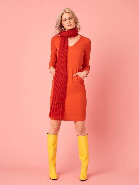 Платье-футляр с карманами в рельефных швах