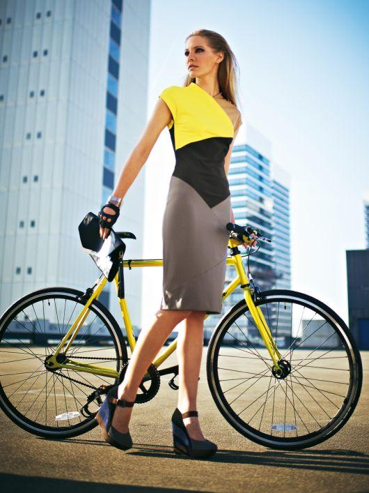 Сукня-футляр в стилі колор-блок із блискавкою на спинці
