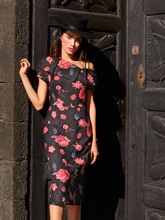Сукня-футляр з широким коміром