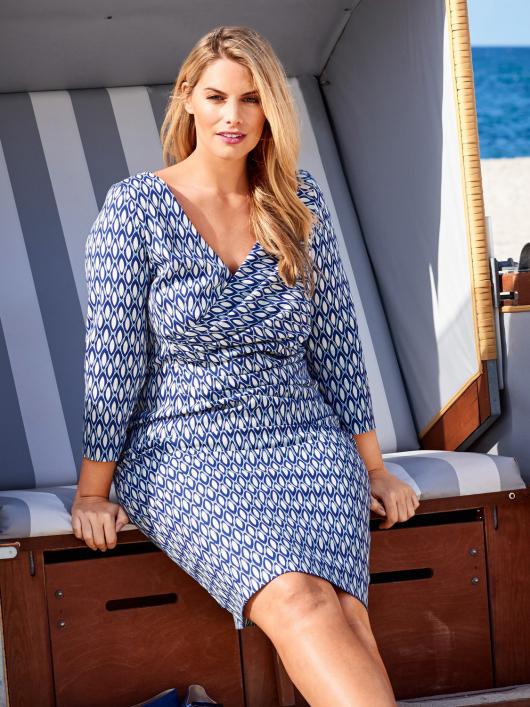 Сукня приталена з V-подібним вирізом