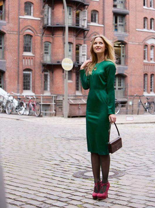 Сукня-футляр з довгими рукавами