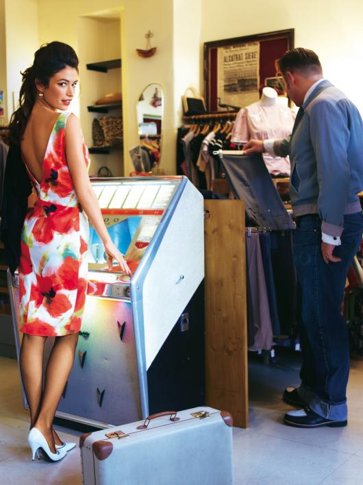 Сукня-футляр з декольте на спині