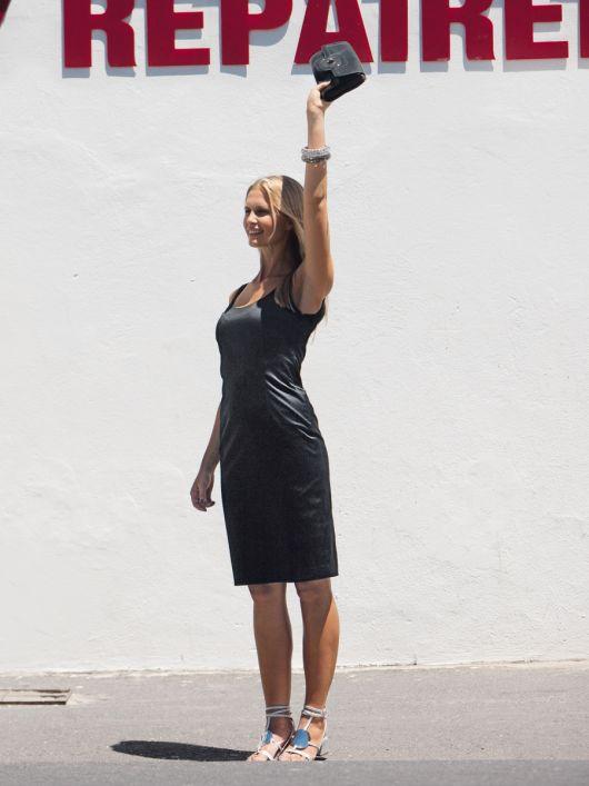 Сукня-футляр із декольте на спинці