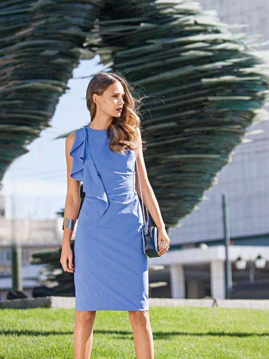 Сукня-футляр з воланом і драпіровками