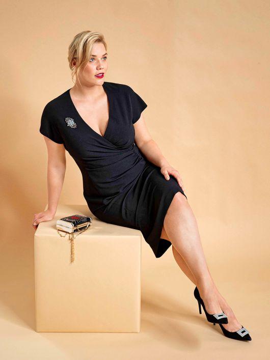 Сукня-футляр з ефектом запаху і драпіровкою