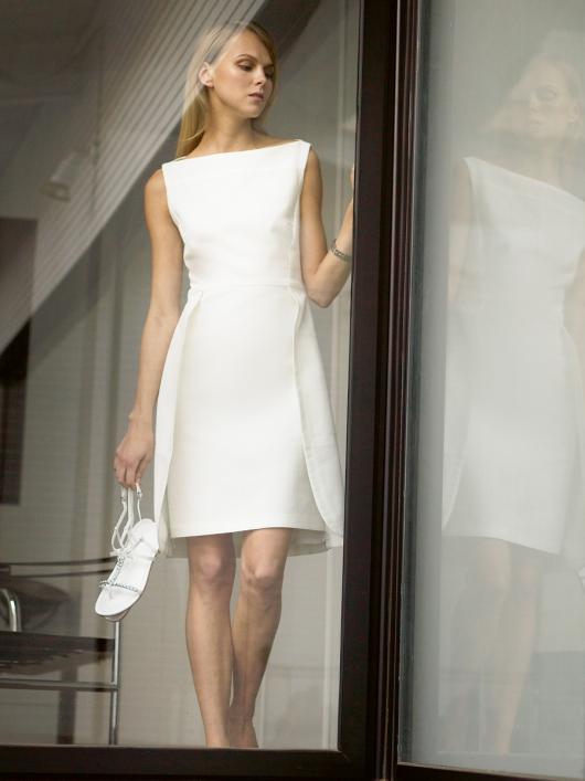 Сукня-футляр з вирізом горловини човником