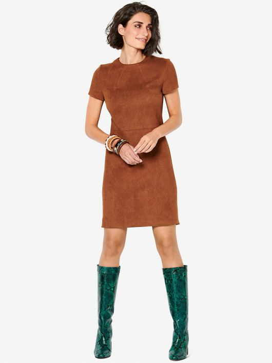 Платье-футляр с косыми вытачками возле горловины