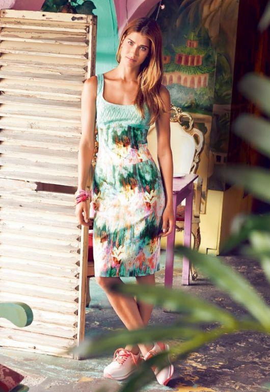 Сукня з широким декольте