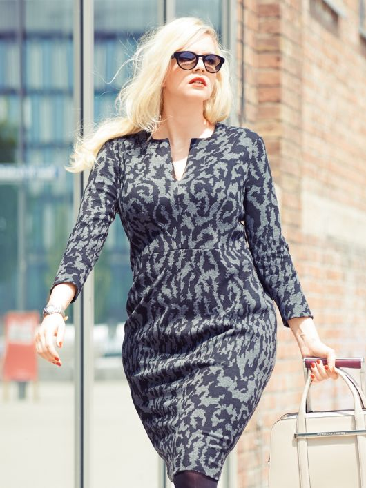 Сукня-футляр з діагональними виточками