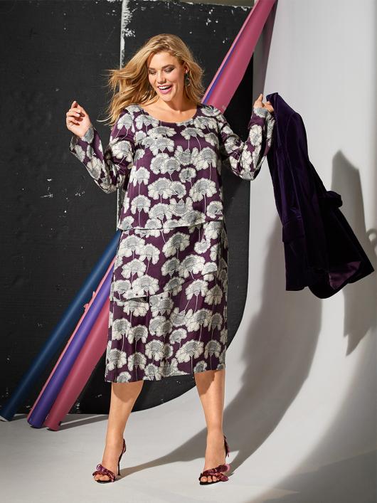 Сукня багатоярусна з вирізом-човником