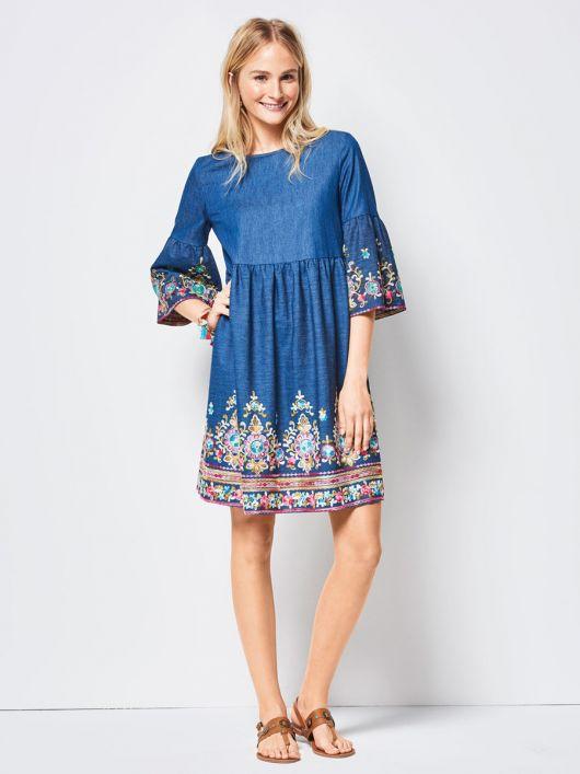 Сукня із завищеною талією і оборками на рукавах