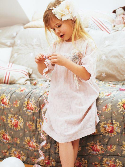 Сукня на кокетці і прикраса