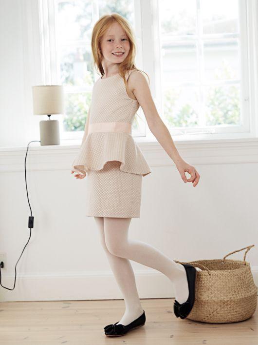 Платье с баской и атласным поясом