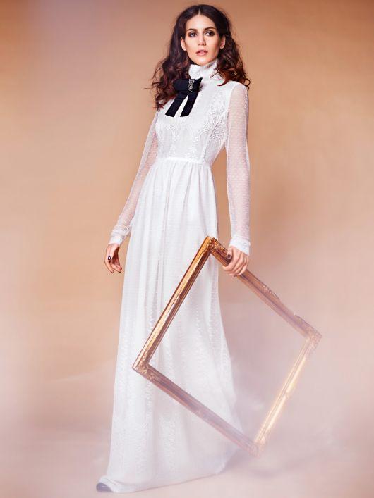 Сукня з вузьким ліфом і високим коміром