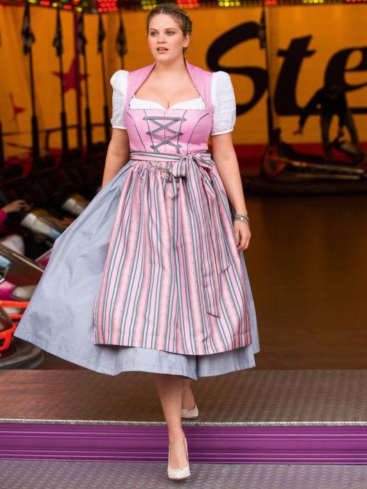 Сукня з високим коміром і фартухом