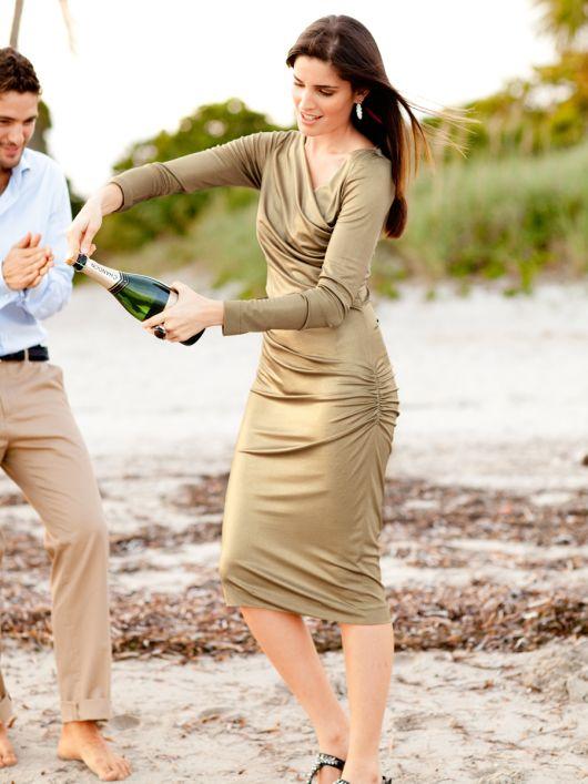 Сукня по фігурі з ефектом запаху і драпіровками