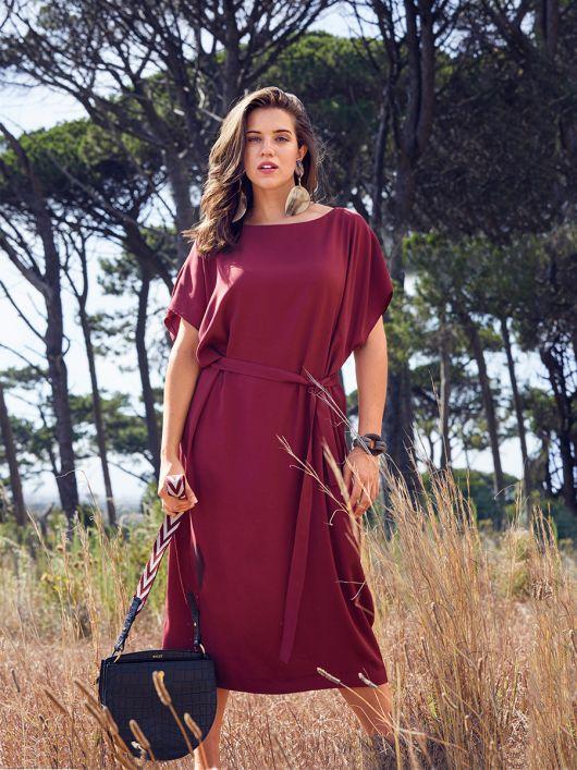 Сукня простого крою з вирізом горловини човником