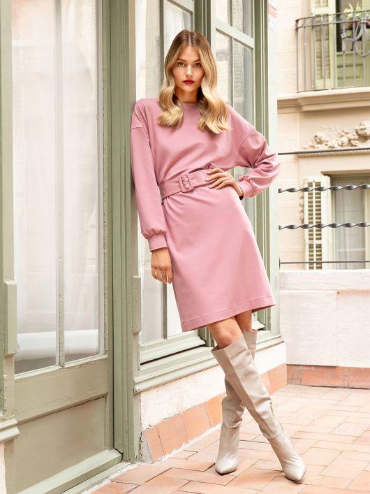 Сукня трикотажна просторого крою з широким ременем