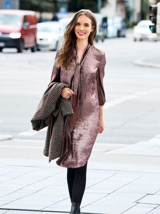 Сукня-туніка з коміром-шарфом із бахромою
