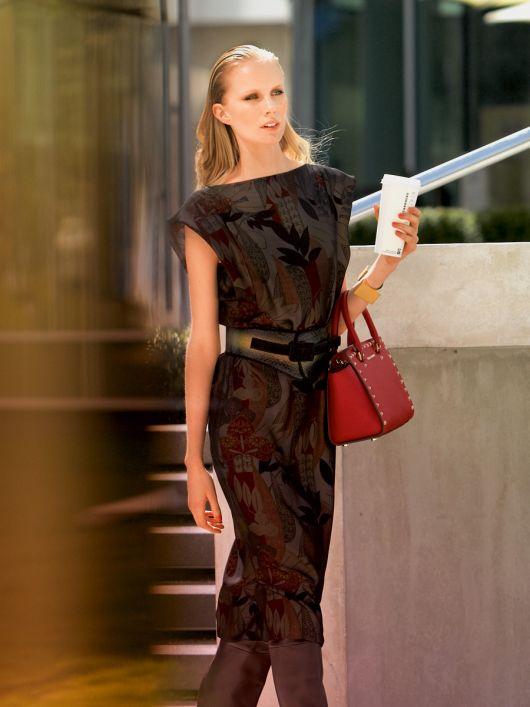 Сукня прямого крою з фігурними рукавами