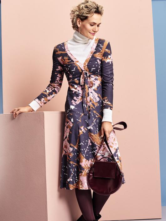Сукня приталеного крою з V-подібним вирізом