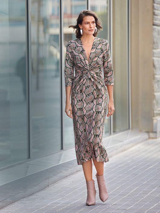 Сукня обтислого крою з глибоким V-подібним вирізом