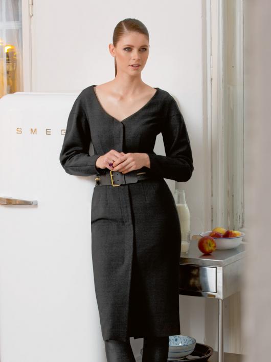 Приталена сукня с глибоким вирізом горловини