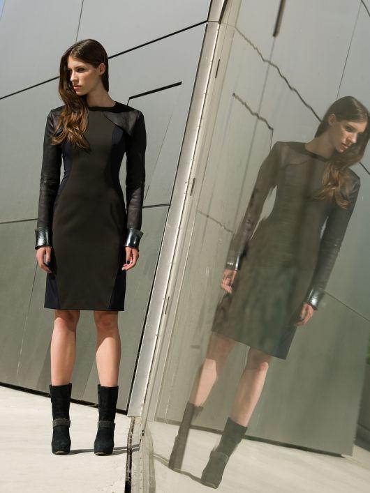 Сукня-футляр без рукавів з вирізом човником