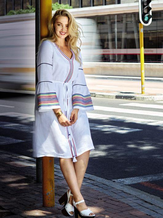 Сукня приталеного крою з оборками на рукавах