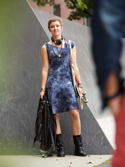 Сукня з асиметричним вирізом горловини