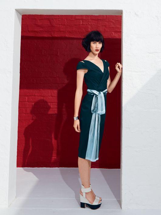 Сукня з V-подібними вирізами горловини