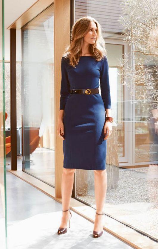 Сукня-футляр з прямокутним вирізом горловини