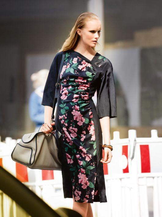 Сукня приталена з асиметричним вирізом горловини