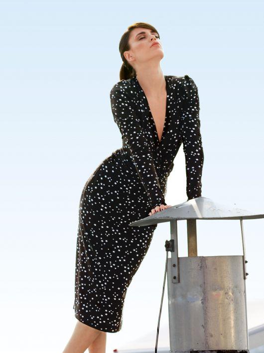 Сукня по фігурі з глибоким V-подібним вирізом