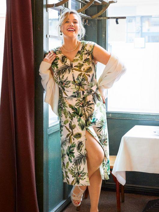 Сукня із наскрізною застібкою і ременем