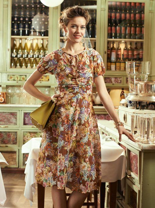 Сукня приталеного крою з вирізом-краплинкою