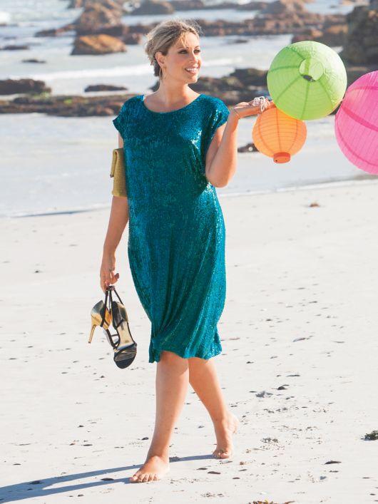 Сукня з видовженою лінією плечей