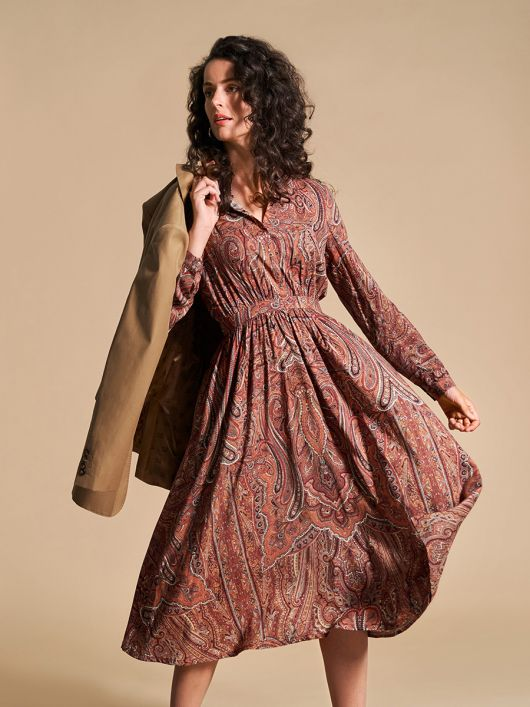 Платье отрезное с потайной застежкой на кнопки