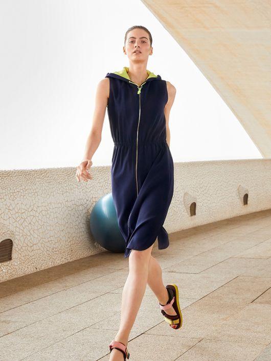 Сукня в спортивному стилі з капюшоном