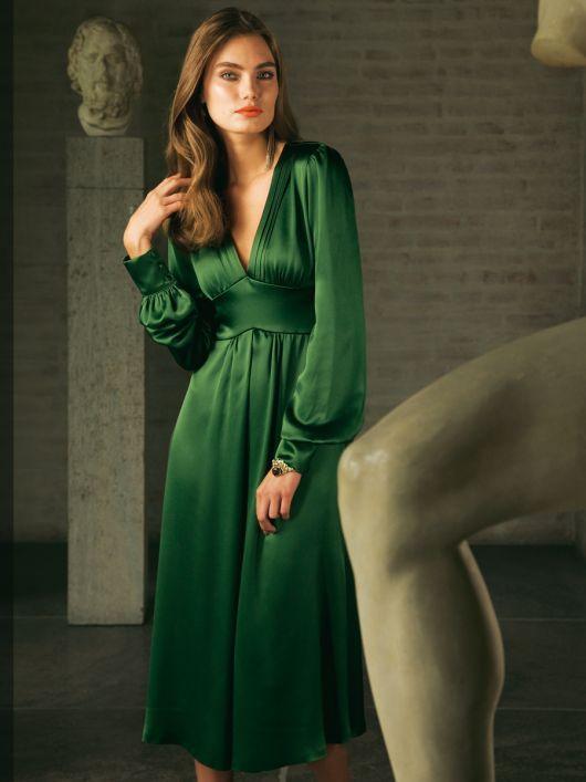 Сукня силуету ампір з глибоким вирізом і пишними рукавами