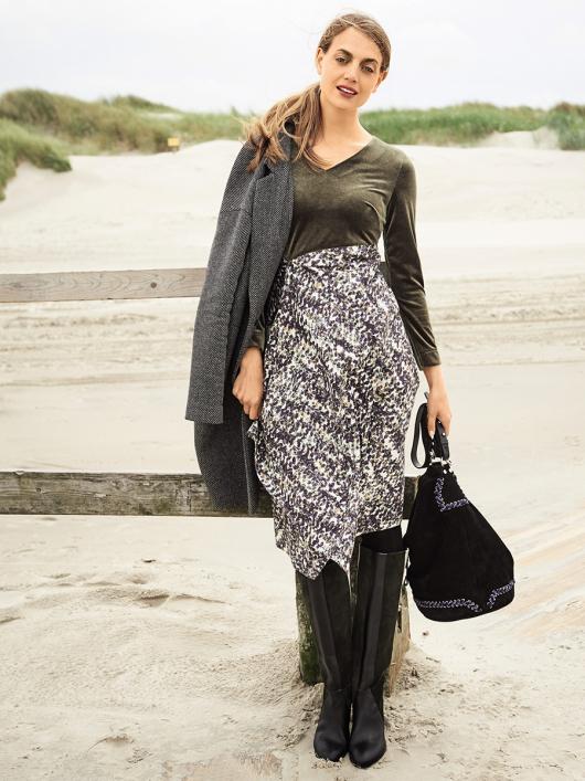 Сукня з вузьким ліфом і V-подібним вирізом