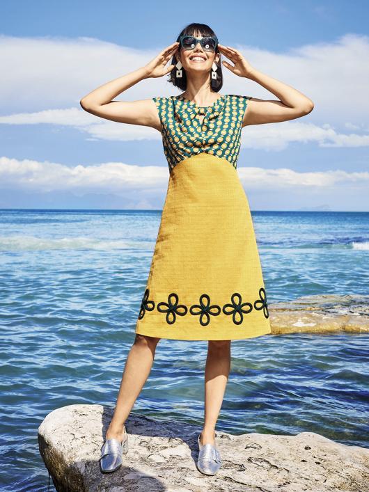 Сукня із завищеною талією і V-подібним вирізом