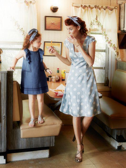 Сукня силуету ампір з глибоким V-подібним вирізом горловини