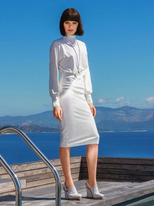 Сукня із суцільнокроєним коміром гольф