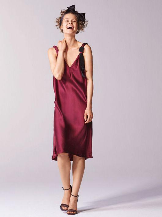 Сукня в білизняному стилі на бретелях