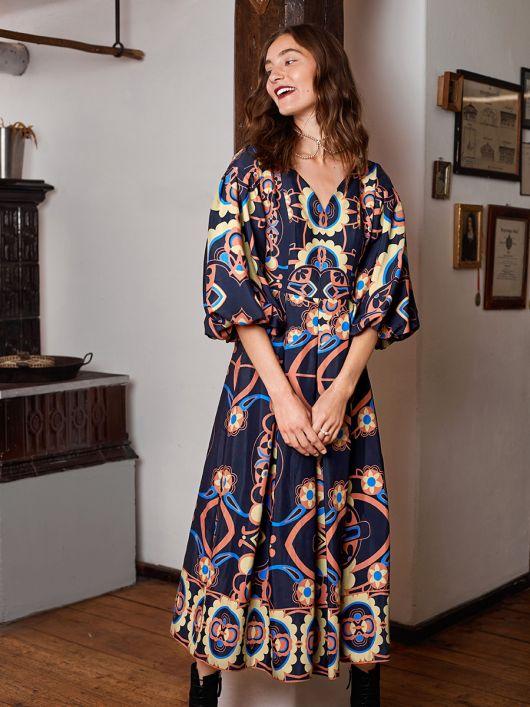 Сукня з пишними рукавами і спідницею в складки